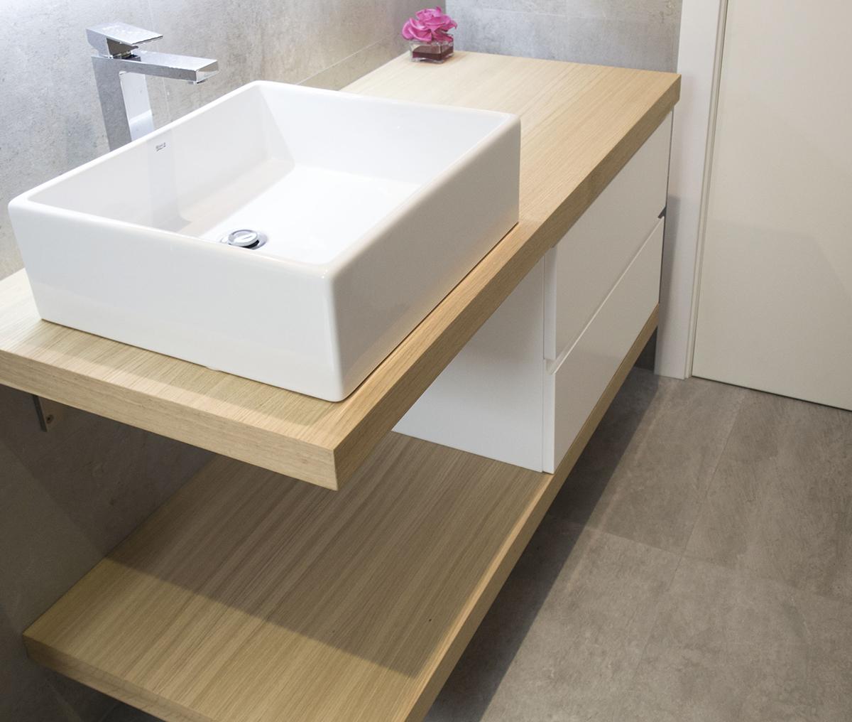 Mueble de baño a medida con encimera de madera