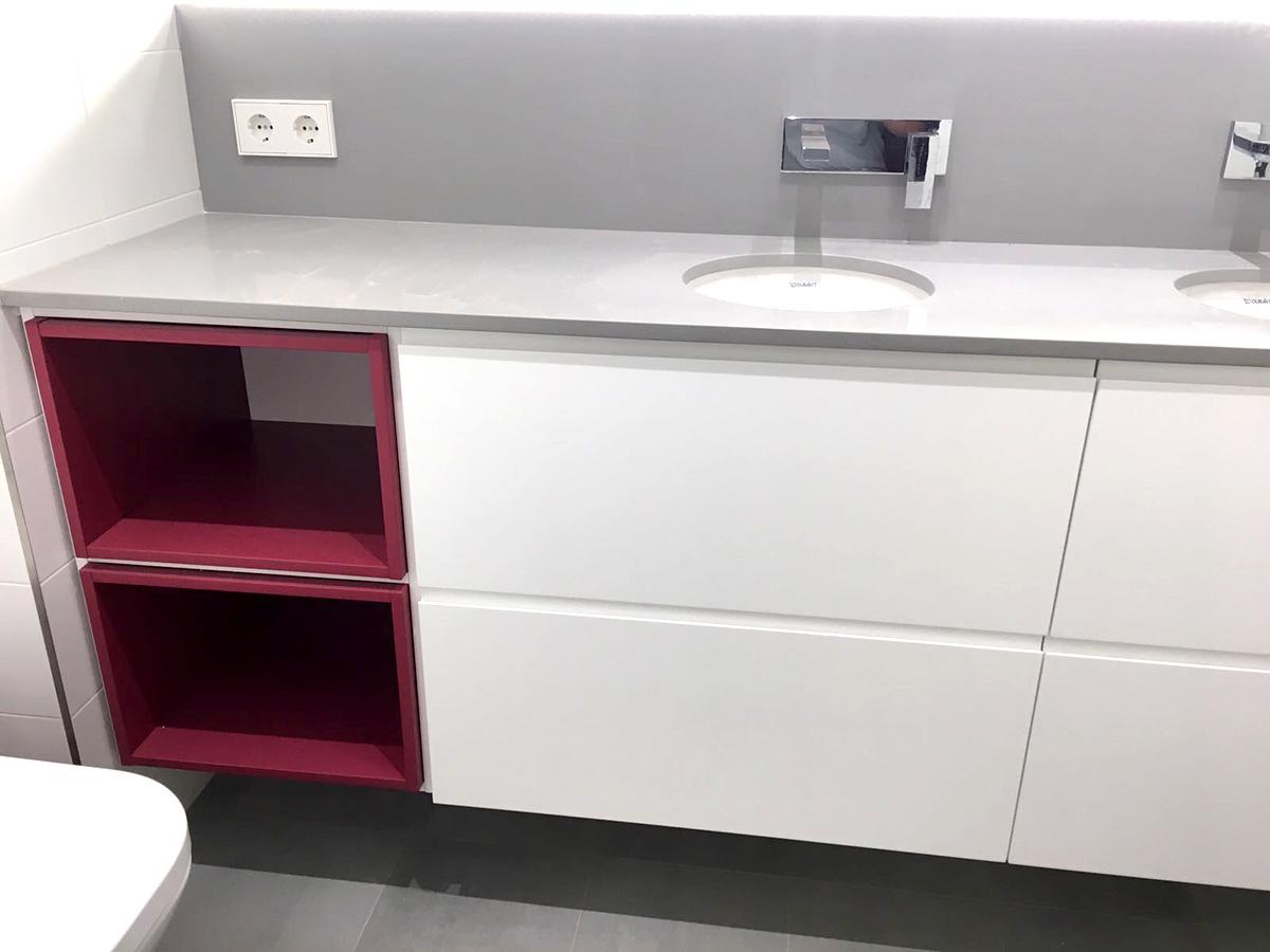 Mueble de baño a medida con huecos decorativos