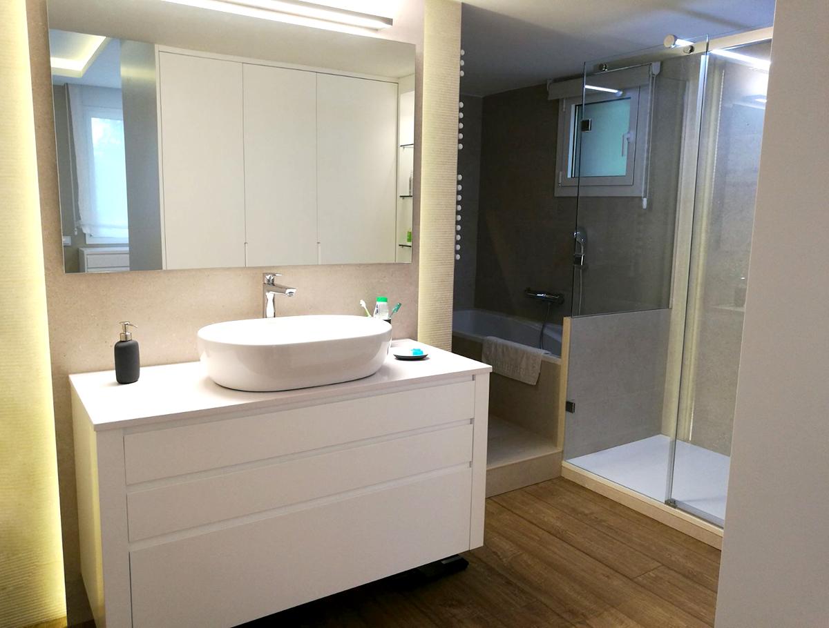 Mueble de baño a medida con lavabo porcelánico
