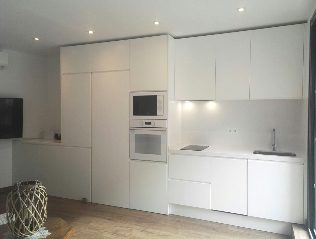 Muebles de cocina a medida lacados en blanco mb concept - Pintar muebles lacados en blanco ...