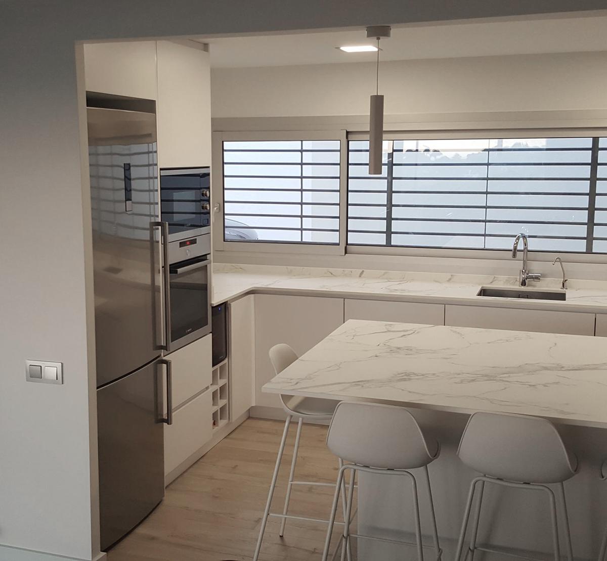 Muebles bajos para cocina a medida con acabado fórmica | MB Concept